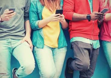 cep telefonlu gençler