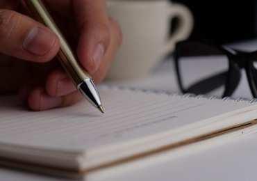Yazmak kalıcı bir eylem olduğuna göre, kendi hikayemi yazarak girişimimi, fikrimi ve hedefimi kalıcı hale getirebilirim. Tüm akılların yolu bir.