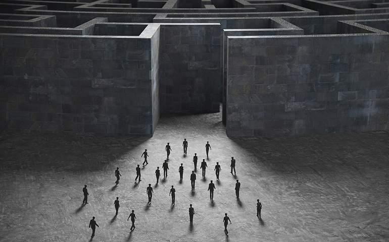 Labirentin önündeki insanlar.